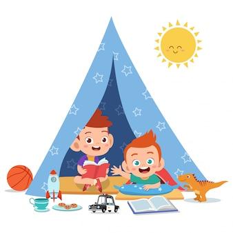 I bambini giocano sull'illustrazione della tenda