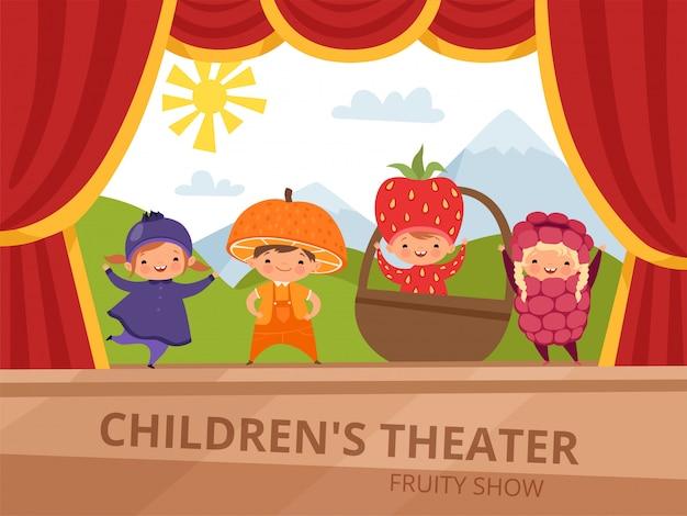 I bambini in costumi di frutta si esibiscono alla festa della scuola