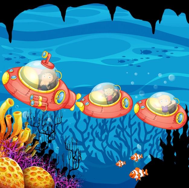 I bambini in sella sottomarino sott'acqua
