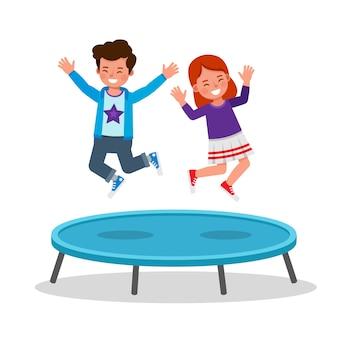I bambini saltano sul personaggio di trampolino. ragazzo e ragazza felici che giocano insieme.