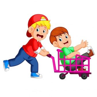 I bambini si divertono a giocare a trolley