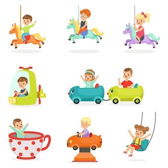 I bambini si divertono in un parco di divertimenti, pronto per. cartone animato dettagliate illustrazioni colorate