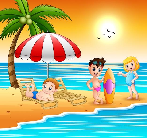 I bambini si godono una vacanza estiva in spiaggia