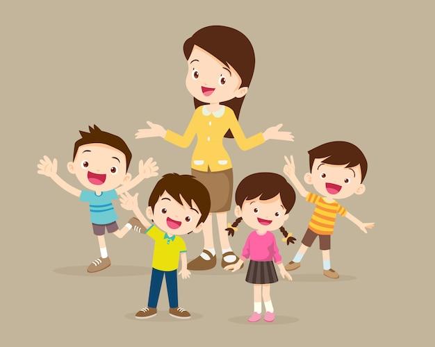I bambini stanno attorno all'insegnante