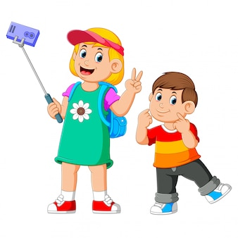 I bambini stanno posando e facendo un selfie insieme