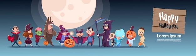 I bambini svegli indossano il costume dei mostri, concetto felice di celebrazione del partito dell'insegna di halloween