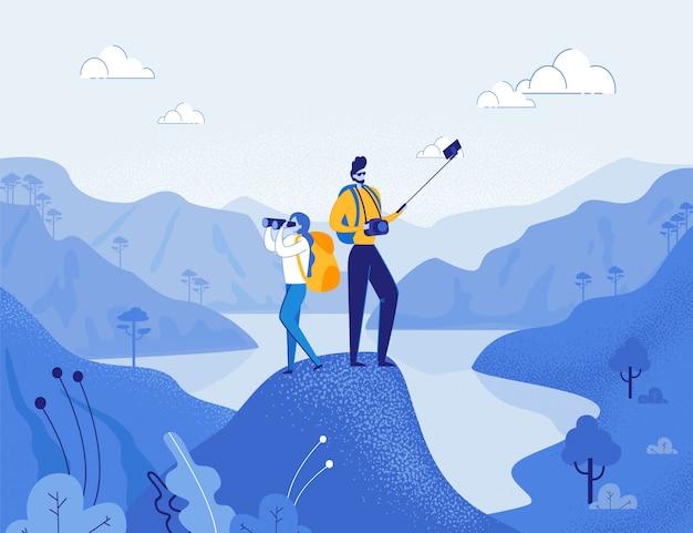 I blogger di viaggio, i personaggi dei cartoni animati di uomo e donna prendono selfie