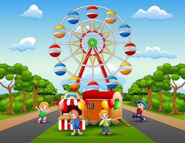 I cartoni animati dei bambini giocano di fronte al parco divertimenti