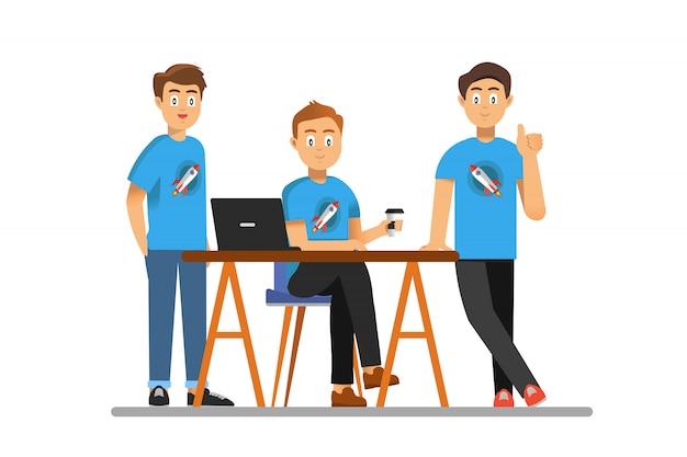 I co-fondatori di startup di successo posano davanti alla telecamera e sorridono.