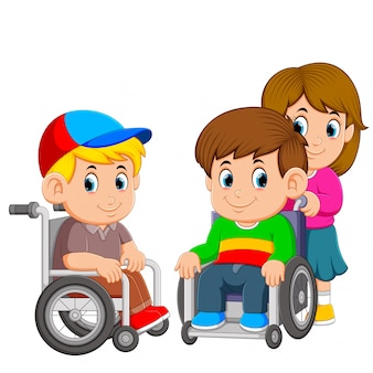 I due ragazzi stanno usando la sedia a rotelle con la ragazza spingendolo