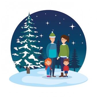 I genitori si accoppiano con i bambini e vestiti invernali in snowscape