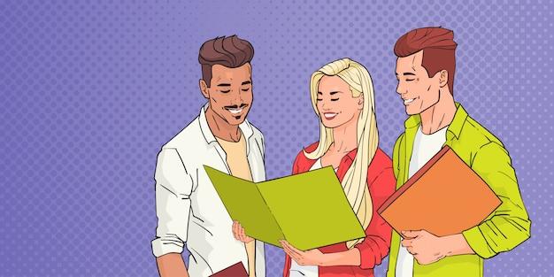 I giovani raggruppano gli studenti che leggono sopra pop art colorful retro