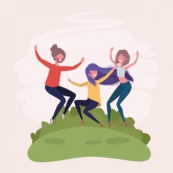 I giovani saltano festeggiando nei personaggi del parco