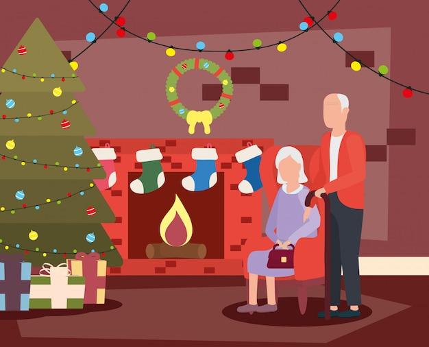 I nonni si accoppiano in salone con la decorazione di natale