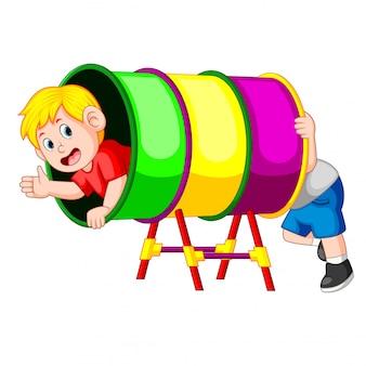 I ragazzi giocano felici nel tubo dell'arcobaleno