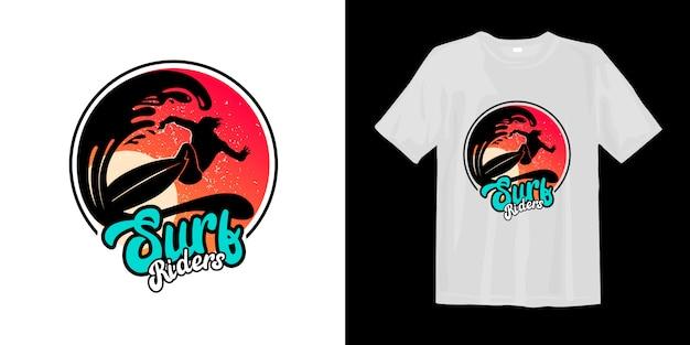 I surfisti cavalcano il logo con il simbolo dell'onda
