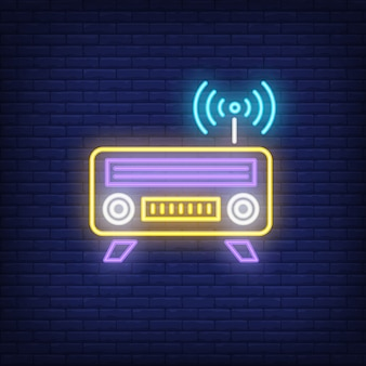 Icona al neon radio. ricevitore con antenna e segno wifi