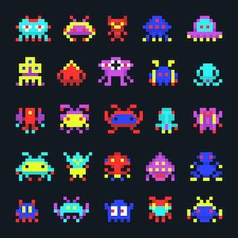Icone di vettore del pixel del videogioco arcade del computer del video degli alieni dello spazio. mostri di pixel