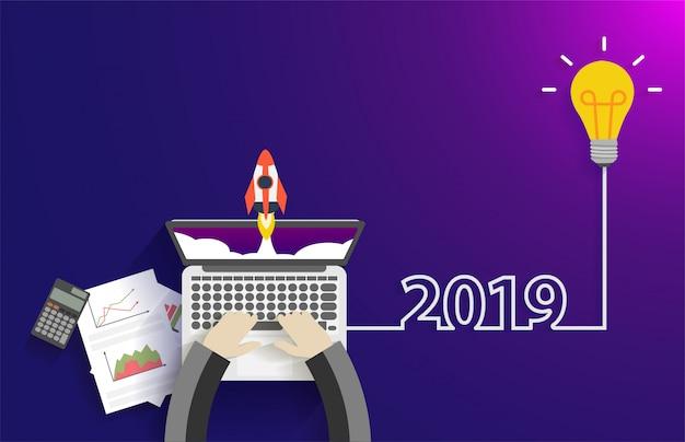 Idea creativa della lampadina 2019 concetto di idea di avvio di nuovo anno