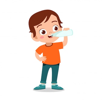 Il bambino felice beve il latte