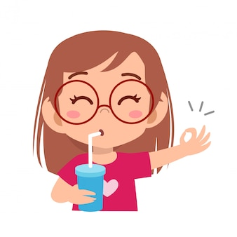 Il bambino felice beve il succo