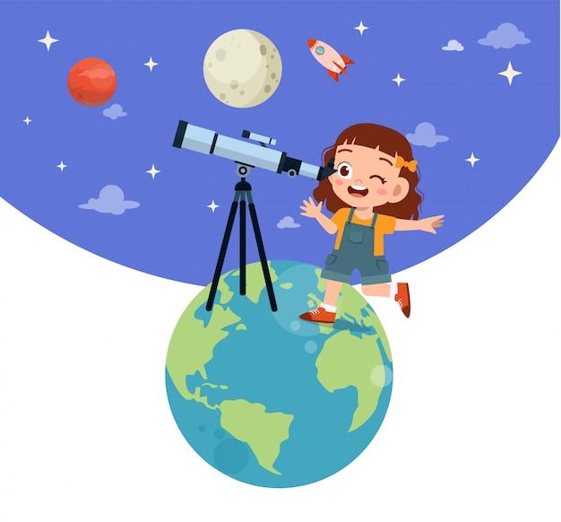 Il bambino felice studia astronomia