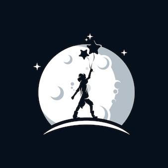 Il bambino tiene un palloncino sul logo della luna