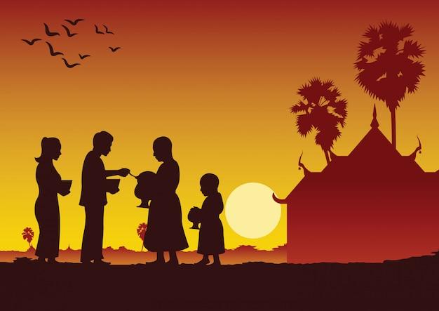 Il buddista delle coppie dà l'offerta di cibo ad un monaco