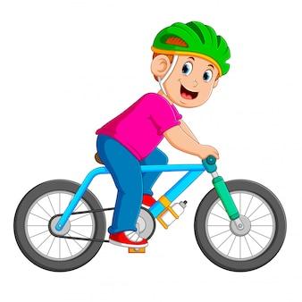 Il ciclista professionista sta cavalcando la bicicletta blu
