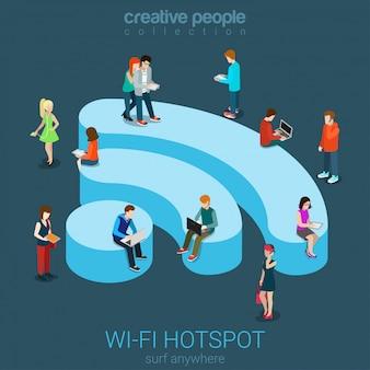 Il concetto isometrico piano della connessione wireless della zona senza fili wi-fi pubblica libera, la gente che naviga internet sull'illustrazione a forma di podio di wifi.