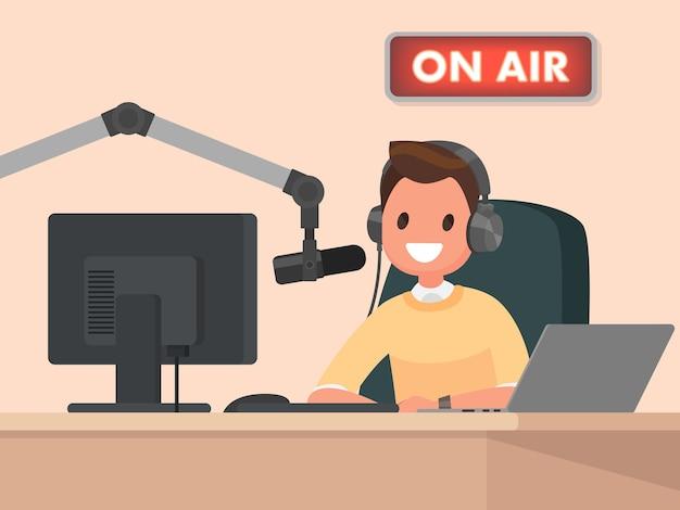 Il conduttore radiofonico dietro una scrivania parla nel microfono in onda
