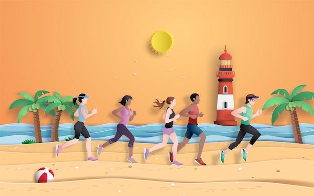Il corridore sta correndo sulla spiaggia nella stagione estiva.