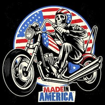 Il cranio guida un mototrcycle dipinto bandiera americana