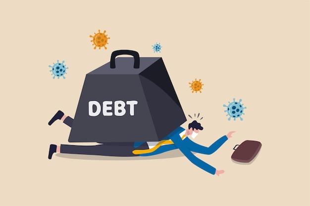 Il crollo economico del coronavirus causa un grande debito per il concetto di affari e disoccupazione, il povero uomo d'affari depresso e senza lavoro che indossa la maschera per il viso non può muoversi sdraiato sotto l'enorme peso del debito con il virus.