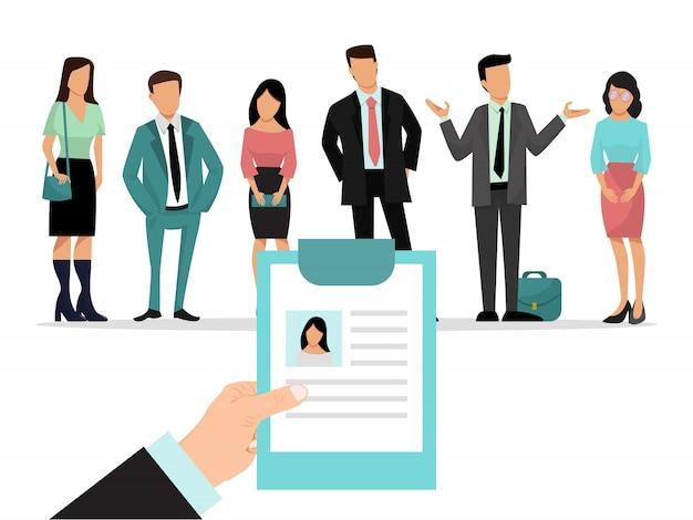 Il datore di lavoro è in possesso di curriculum e la scelta del candidato per un lavoro. un gruppo di persone davanti a lui. attività di reclutamento.