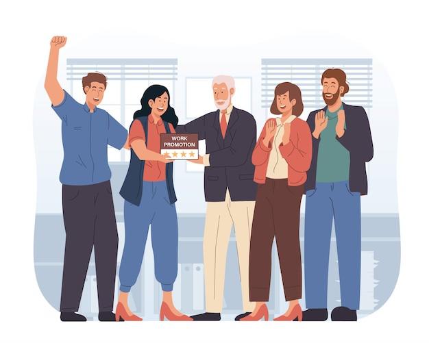 Il dipendente felice ottiene la promozione del lavoro sul lavoro