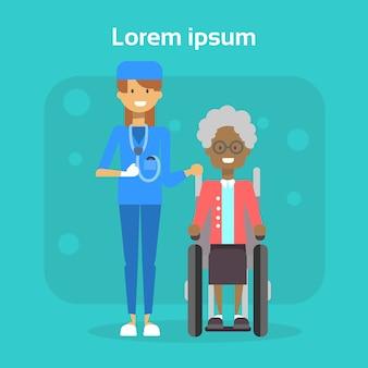 Il dottore with senior woman on wheel chair la donna anziana afroamericana felice sorridente sorridente si siede sul concetto di disabilità della sedia a rotelle