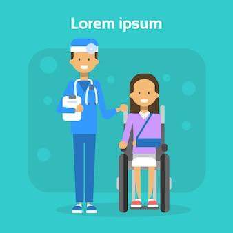 Il dottore with young woman sulla sedia a rotelle donna felice disabile sorridente si siede sul concetto di disabilità della sedia a rotelle