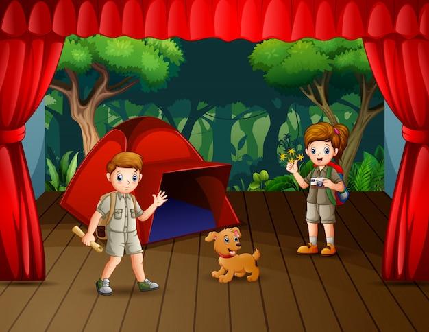 Il dramma del campeggio lo scout sul palco