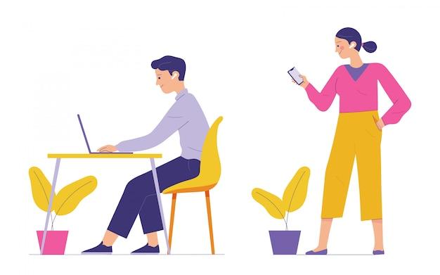 Il giovane e la donna usano gli auricolari wireless nell'orecchio per supportare il lavoro dai loro dispositivi