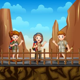 Il giovane esploratore in cima alla collina vicino alle rocce