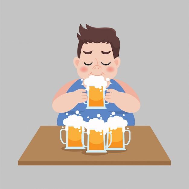 Il grande uomo grasso ama bere una tazza di birra, concetto di sanità.