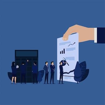 Il gruppo di affari analizza la relazione finanziaria di profitto.