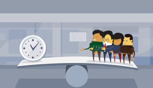 Il gruppo di gente di affari asiatica contro tempo sul fondo dell'ufficio di concetto di scadenza della scala dell'equilibrio