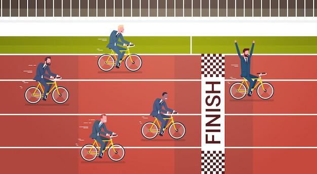 Il gruppo di gente di affari guida le biciclette per dirigere la direzione ed il concetto della concorrenza