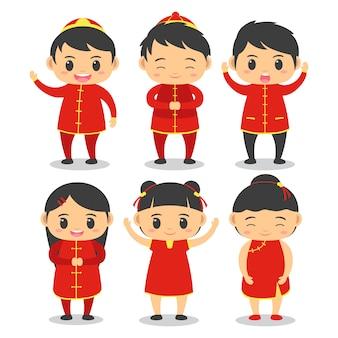 Il gruppo di ragazzo e ragazza svegli indossa l'attrezzatura cinese durante il nuovo anno cinese