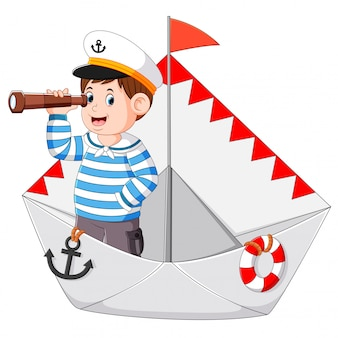 Il marinaio tiene il binocolo nella carta della nave