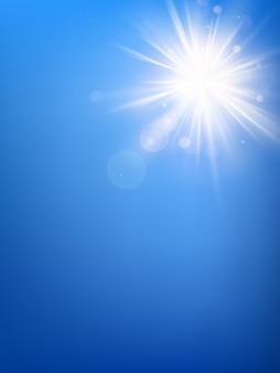 Il modello del cielo blu dell'estate ed i raggi caldi del sole dell'estate hanno scoppiato con il chiarore dell'obiettivo.