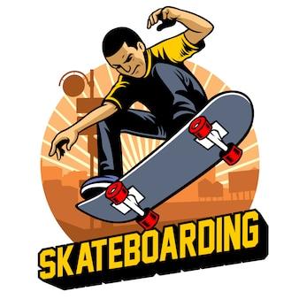 Il pattinatore fa il trucco del salto con lo skateboard