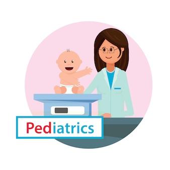 Il pediatra esamina il peso del neonato.